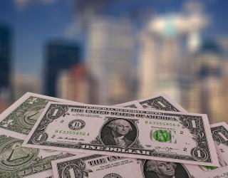 Доларът и петролът близо до върховете от последните дни