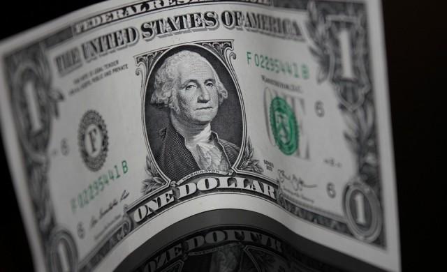 Доларът поевтинява с поскъпването на петрола
