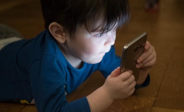 Децата под 5 години не бива да са пред екран повече от час на ден