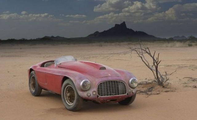 Уникални автомобили, захвърлени в пустинята