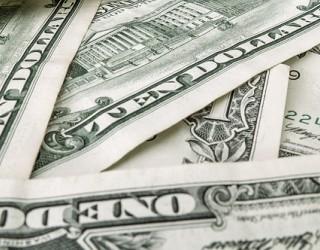 Доларът се стабилизира при ниски обеми на търговия преди Великден