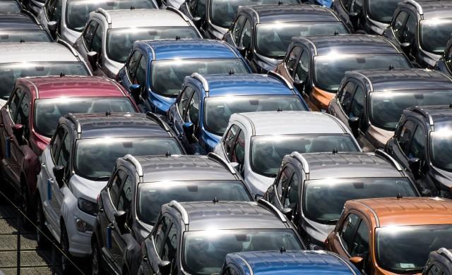 Регистрациите на нови автомобили във Великобритания падат с 44%