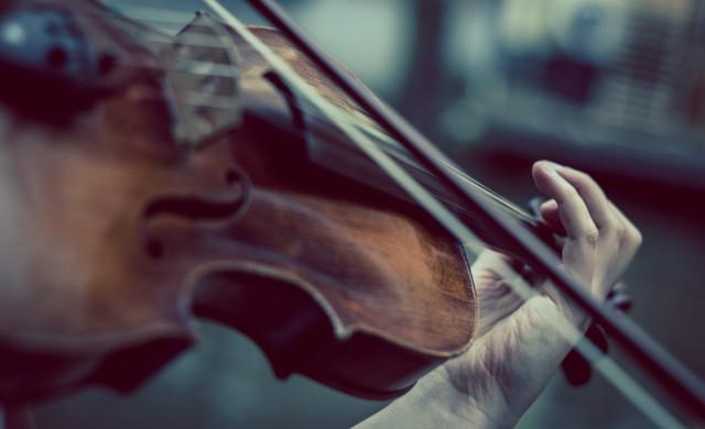 Унгарците слушат класическа музика от балконите си