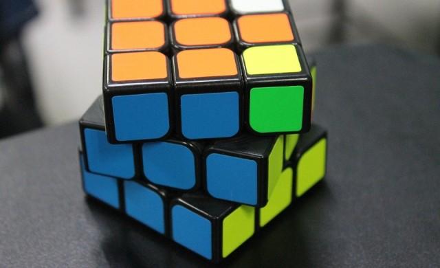 Надолу с главата: Ученик подобри световен рекорд за кубче Рубик