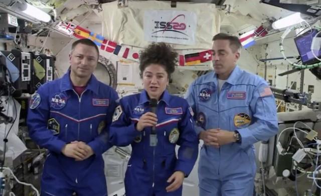 Трима космонавти се завърнаха на една различна планета
