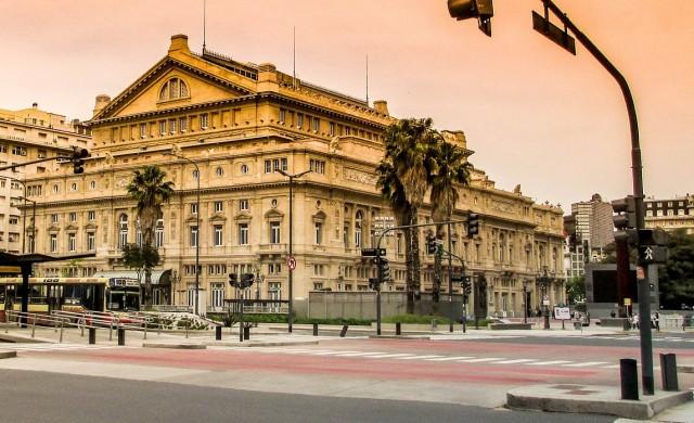 Операта в Буенос Айрес произвежда предпазни маски