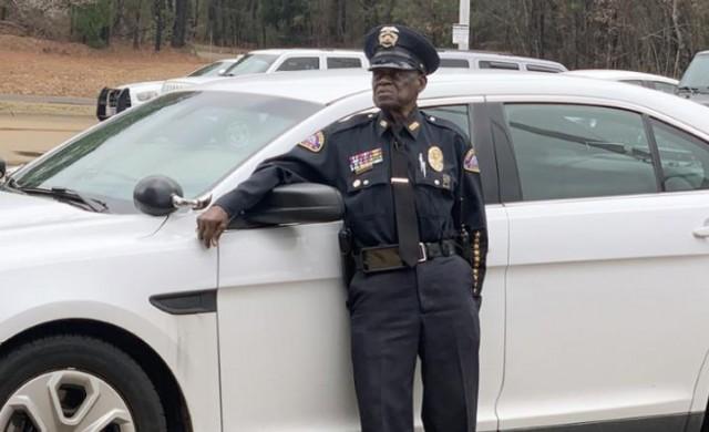 Той е полицай на 91 години и няма планове да се пенсионира