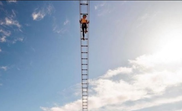 Луксозен курорт привлича туристи с висяща 122 метра над земята стълба