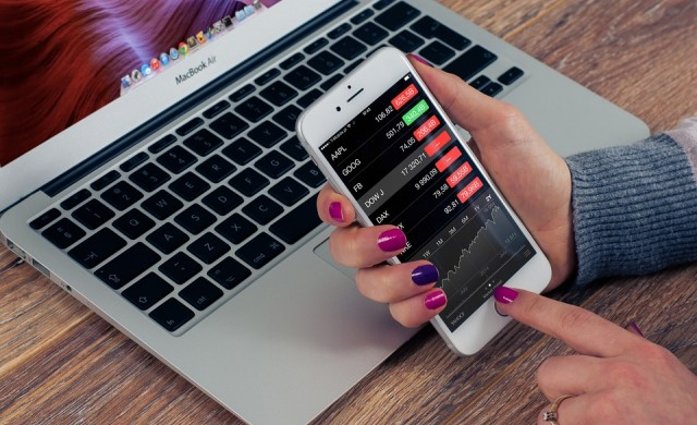 Лек ръст при акциите и разпродажби при криптовалутите днес