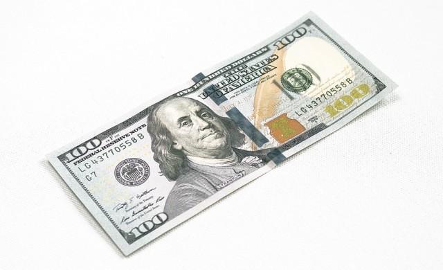Доларът поевтиня до двумесечно дъно в началото на седмицата