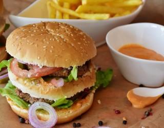 Вредните храни късно вечер намаляват продуктивността на следващия ден