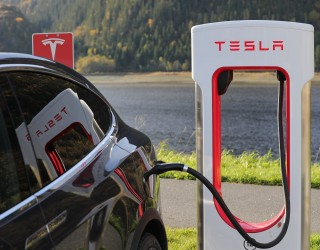 Две жертви в катастрофа с Tesla, която никой не управлявал