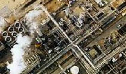 Петролът се търгува без промяна около 62 долара за барел