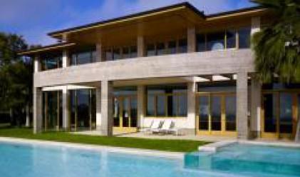 Обикновените къщи с басейн изместват луксозните във Франция