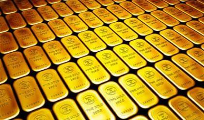 Нов рекорд за златото, спад на суровините