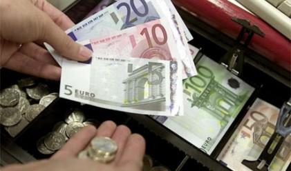 Еврото с най-голям спад спрямо долара от месец насам