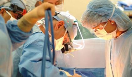 Болница отразява мозъчна операция в Туитър