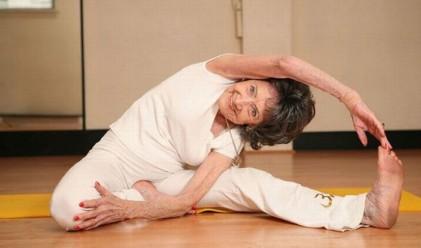 93-годишна е най-възрастната инструкторка по йога в света