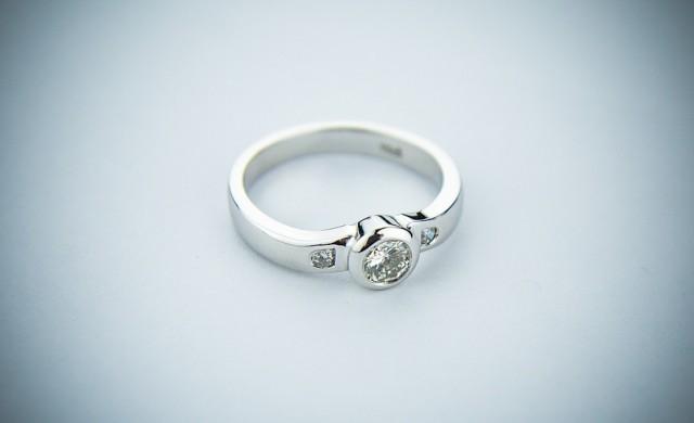 Жена носи годежния си пръстен повече от година, без да знае