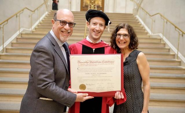 Марк Закърбърг най-после взе диплома от Харвард