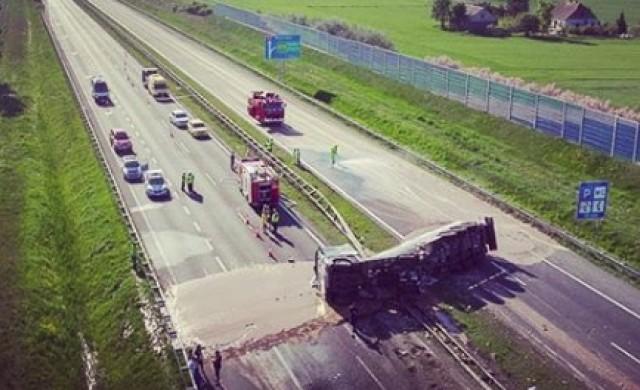 Най-сладката катастрофа: тир разля тонове шоколад по магистрала