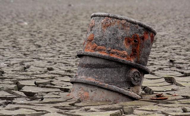 Опасенията около предлагането продължават да оскъпяват петрола