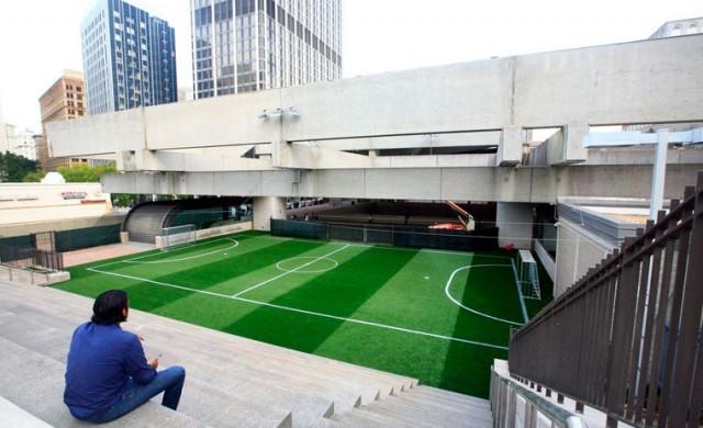 Футболно игрище на покрива на метростанция