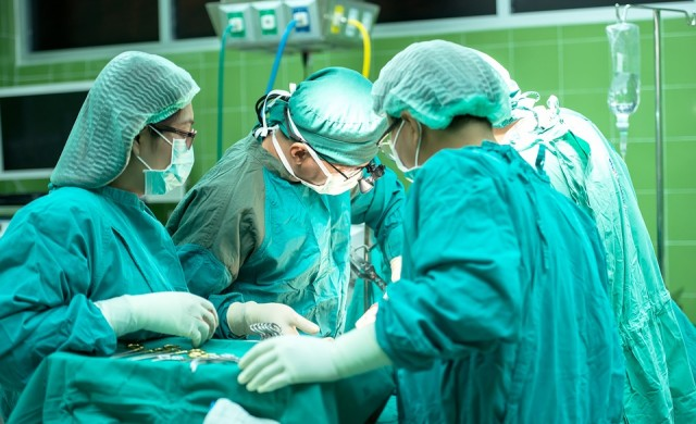 Пластичен хирург, който танцува по време на операции, с обвинения