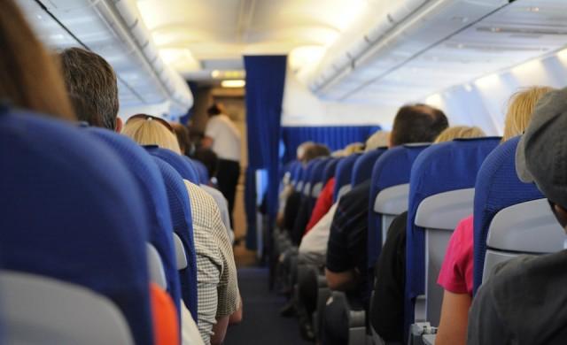 Шега на пътник рани 11 души на борда на самолет