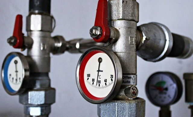 Парното и топлата вода поевтиняват средно с 4%