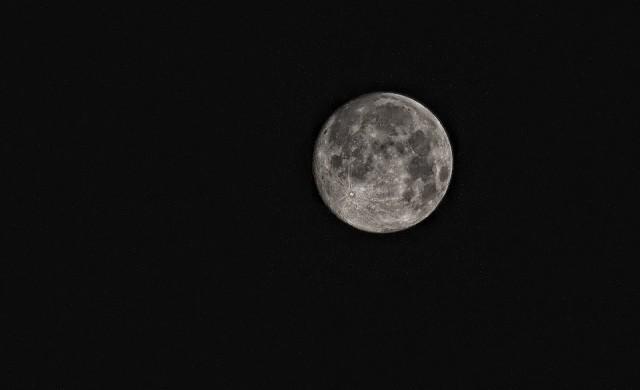 Продават скала от Луната за 2.5 млн. долара