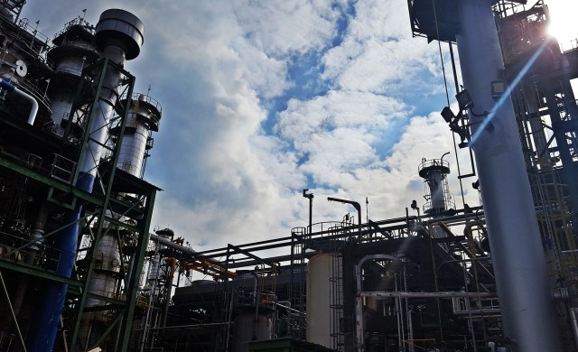 Печалбите на рафинериите намаляват заради поскъпването на петрола
