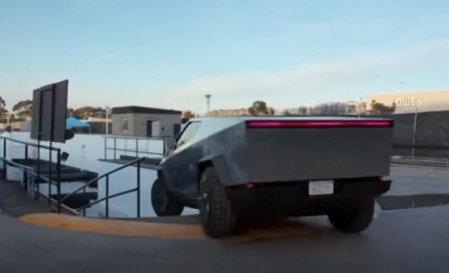 Джей Лено подкара Tesla Cybertruck в тунел под Лос Анджелис