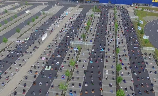 700 мюсюлмани се събраха за молитва на паркинг на IKEA (видео)