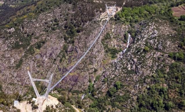 Най-дългият пешеходен висящ мост в света прие първи посетители (снимки)