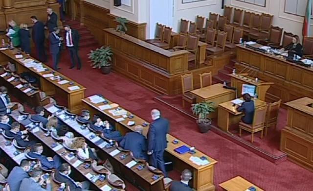 Парламентът задължи целия МС в оставка да дойде днес в Народното събрание