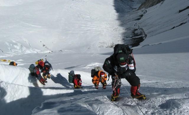 Шерп от Непал счупи собствения си рекорд по изкачване на Еверест