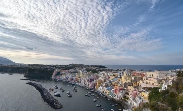 Прочида - сънливият малък италиански остров, окъпан от слънчеви лъчи