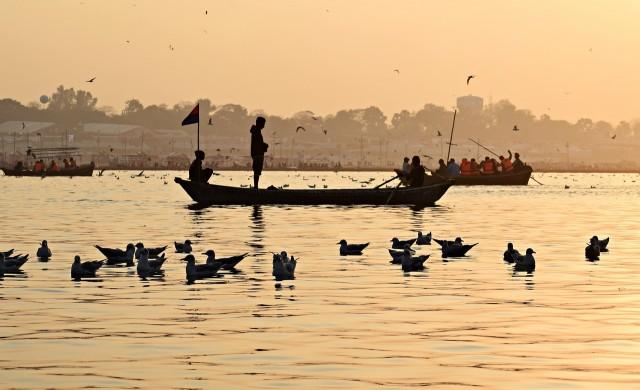 Индия постави мрежа в река за събиране на трупове на COVID-жертви (видео)