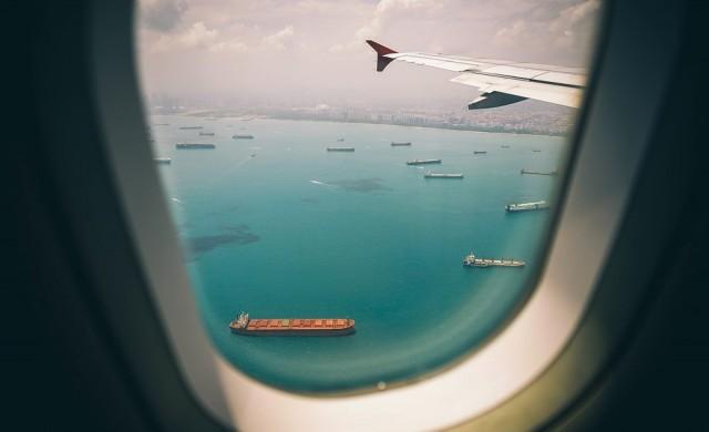 Глобиха пътник с $10 000, издухал си носа в одеяло на борда на самолет