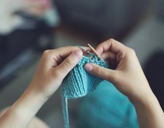 Швейцарците разпускат с плетене и шиене по време на пандемията