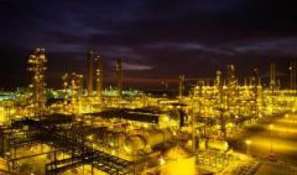 Дръзки покупки на спекулантите доведоха до нов рекорд на петрола