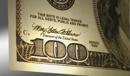 Доларът поскъпна след колебливи щатски данни
