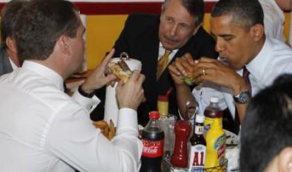 Медведев и Обама хапнаха бургери