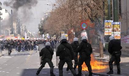 Протестиращи гърци превзеха финансовото министерство
