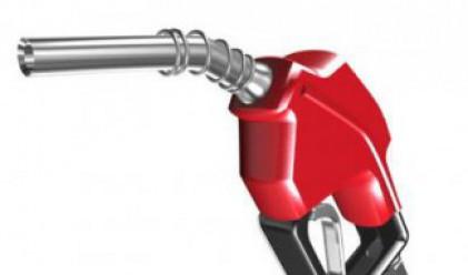 Защо петролът пада, а бензинът не толкова?