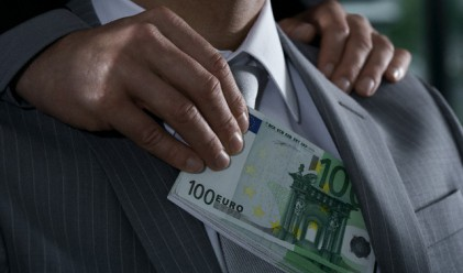 Един трилион долара се дават годишно за подкупи по света