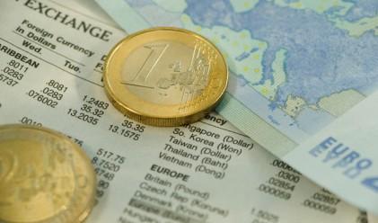 Гърците продължават масово да теглят спестяванията си