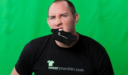 Как се изкарват 500 000 долара годишно от носене на тениски?