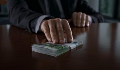 Мистериозен британски милионер раздава пари по улиците